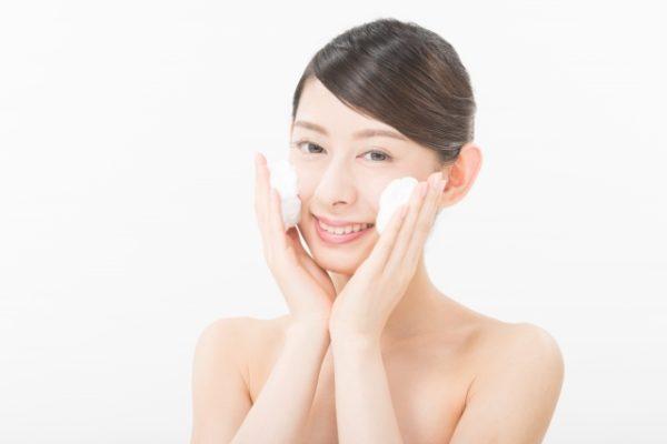 泡で洗顔をする女性