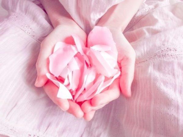 花びらを持つ手