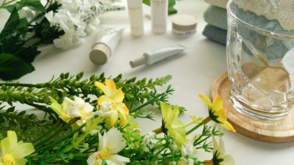 洗面所に化粧品が並ぶ