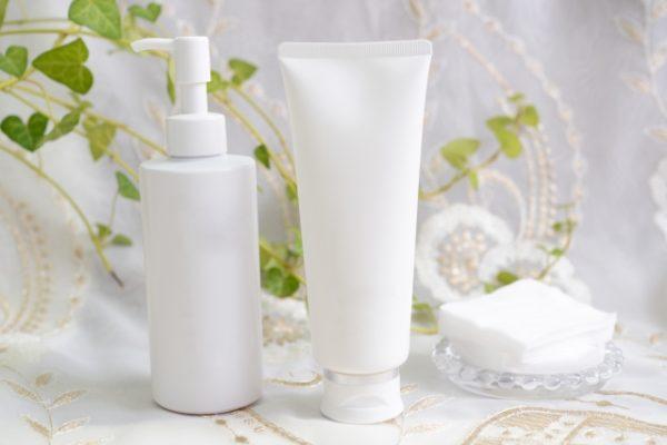 白いボトルの化粧品